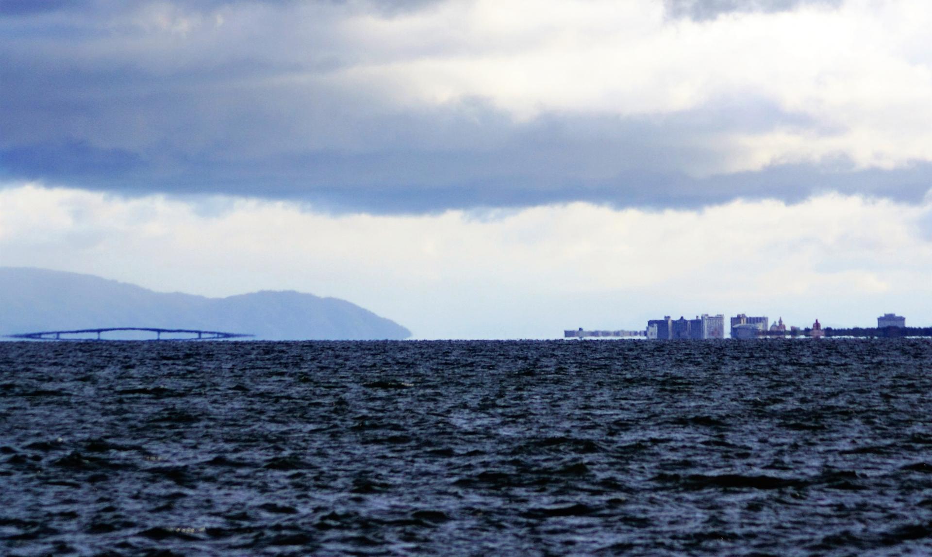 橋が消えた!琵琶湖で発生する「蜃気楼」